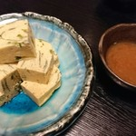 幸家 義太郎 - 卵焼き、梅肉ソース。 三つ葉が良い仕事してる。出汁もたっぷり。少し甘い系卵焼き。 梅肉ソースもホンの少し甘いけど、絶妙なバランスでしつこくない。 大好き。
