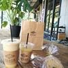 ゼブラ コーヒーアンドクロワッサン - 料理写真:キャラメルカフェラテ、フルーツジュース(もも)、バナナブレッド、ダブルチョコブレッド