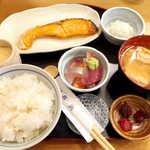92453308 - 焼魚定食・鮭(¥1000)。刺身・しらすおろし・あら汁・茶碗蒸し・漬物付き… 目を見張る充実ぶり!