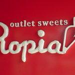アウトレットスイーツ ロピア - ホイップクリームで描いたような店の看板