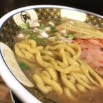 92479372 - すごい煮干ラーメン(税込890円)の太い麺
