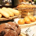 THE MARKET F - ベーカリーで焼き上げるホテルメイドの自家製パンはいかがですか。