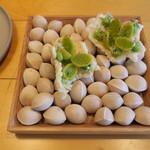 ナイン ストーリーズ - アミューズ:銀杏とニラ玉のムース 米粉のパフ1