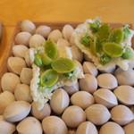 9 STORIES - アミューズ:銀杏とニラ玉のムース 米粉のパフ2