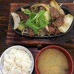 青空食堂 - 牛サガリ鉄板定食 肉大盛 1080円