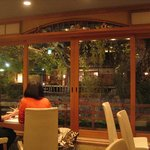 925735 - 一番奥のテーブル席は、白川に面しています。春はしだれ桜が見事とか。