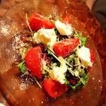 スパニッシュイタリアン Azzurro520 Canale de terrazza - 桃トマトとミルクモッツァレラのカプレーゼサラダ