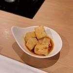 モンゴル薬膳鍋 - お通しの小鉢。辣油豆腐。