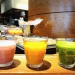 ザ プラチナム - いちごのスムージー、小松菜とバナナとリンゴのスムージー、にんじんとオレンジのスムージーもご用意してます