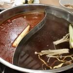 モンゴル薬膳鍋 - スープは麻辣スープと菌王スープを選びました。