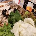 モンゴル薬膳鍋 - キノコの盛り合わせと、野菜の盛り合わせ。