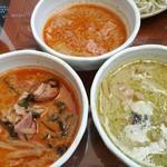 92505617 - 手前は鶏肉やシャキシャキ筍入りのレッドカレーとグリーンカレー、奥は豚肉入りパネンカレー