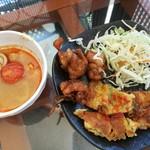 92505633 - サラッと軽く酸っぱさ&辛さのバランスが良いトムヤムクン、右はタイ風オムレツや野菜の揚げ物など