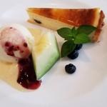 和牛料理はんだ - 「デザート」 チーズケーキ・メロン・バニラアイスにベリーとミルクのソース掛け にちょこんとミントの葉