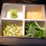 Grill&Wine TOSAKA - 鶏ひつまぶし 1200円 の薬味
