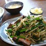 お食事処 ふじや - レバニラ炒め定食(700円也)。下手な中華屋よりばつぐんにおいしいで