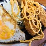 92541902 - 黄色い卵と黄色いカラシに挟まれたアジフライであった。そこに、皿が手狭だからゆえなのか、トマソン的に盛り付けられたケチャップにまぶして炒められたスパゲッティ。