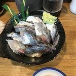 92542083 - サンマ刺身(600円)。見るからにデロデロ。秋刀魚刺身の薬味は生姜が1番合うと思うが。