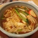 きしめん よしだ - みそきし(900円)  熱々の八丁味噌出汁に、葱、えのき茸、白菜、赤い縁取りの蒲鉾。
