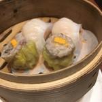 中国料理 梨杏 - 点心〜海老餃子と蟹の卵のせ焼売です。