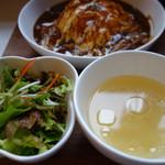 クロノ - コラーゲン入りというあっさりコンソメスープと野菜サラダ付き。