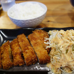 海鳴食堂 - 各種ラーメンに+290円で、ご飯(大盛無料)+トンカツのセットに出来ます。