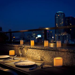 テラス席で心地よい夏の空と食事を楽しんで