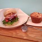 コハルベーグル - 料理写真:バーガーとマフィン、コーヒーを店内でイートインです。