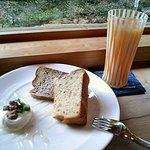 9256251 - クルミシフォンケーキとみかんジュース