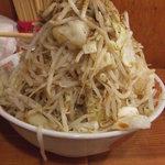 自家製太麺 ドカ盛 マッチョ - 野菜マシマシです…カキ氷と同じく、こぼさないように食べるのが醍醐味!!