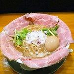 煮干し豚骨らーめん専門店 六郷 - 料理写真:特製濃厚煮干し豚骨らーめん  980円(税込)  ホットペッパーのクーポンでレアチャーシューが2枚増しの計5枚になっています。