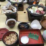 92563172 - 団体客専用の長いテーブル席(2階)に案内され、ようやくお昼の「松茸尽くし膳」にありつく