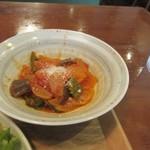 ヘルスワークス - 野菜の小鉢から選んだのはラタトゥイユ。  玉葱やピーマンをトマトソースで仕上げてあるんでリコピンたっぷりで血液サラサラにしてくれます。