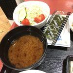 貴 - 味噌汁の具は豆腐でした。サラダもタップリ、味付け海苔まで付いていました。