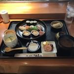源寿司 - ランチ800円! 河童巻3個、海鮮太巻き2個、サーモン、鯛、烏賊、鰤! 共通の赤出汁、茶碗蒸し、卵焼き、ミートボール、魚のすり身、デザートの梨!