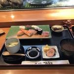 源寿司 - 並ランチ1080円! 鮪赤身、鯛、鰤、サーモン、海老、烏賊、鉄火巻2個! ランチよりネタとデザートに葡萄が2個の違いですね!