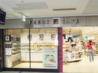 FREDS - スイーツパンを横目に見ながら入店