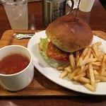 Grill&Bar THE BALLY'S - サーモンタルタルバーガー セット (1000円)