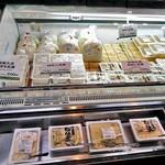 横丁とうふ店 最上川千本だんご - 豆腐類の並ぶ冷蔵ショーケース