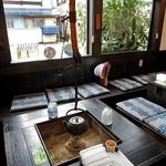 横丁とうふ店 最上川千本だんご - カウンター脇のイートインスペース