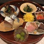 92600858 - 八寸 (名物鯖寿司、銀杏、鴨ローストと栗、卵黄味噌漬け、秋刀魚のキノコ巻き、春菊などなど)