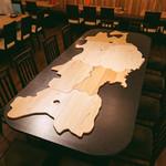 東北酒場 トレジオンポート - 東北6県、各県の木材を使った東北デーブル