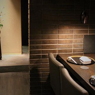 優雅な個室で、都会の喧騒を忘れさせてくれる空間。