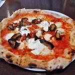 92606463 - 農場のナスとナポリサラミ リコッタチーズのピッツァ