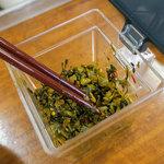 ラーメン大吉 - 卓上の辛子高菜。