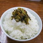 ラーメン大吉 - ご飯の上にも辛子高菜。