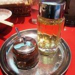 カドヤ食堂 - ラー油と酢が付いてきます