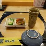 大塚 寿し常 - テーブルセッティングと冷酒