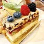 ミラベル - サーカスナイト@MVP。ドライフルーツ、プラリネ、クルミの食感も味も楽しいケーキにわくわく