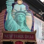 ニューヨーク・デリ - 入り口にある女神です